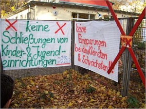 Protestplakat an Kindereinrichtung