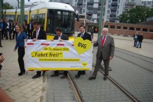Nachdem die Betriebserlaubnis für die neue Strecke an die BVG übergeben wurde ist die Fahrt frei für die Presse, für die Fahrgäste ab 29.8.2015