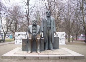 Warum sitzt Karl Marx, warum steht Friedrich Engels? Antwort: Erst haben sie beide gestanden, als aber der Engels dem Marx die Ökonomie der DDR erläutert hatte, musste sich Marx erst einmal setzen.