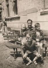 Innenhof Alt-Moabit 89-90 im Jahr 1948: Das Mädchen links ist Strzelczyks Mutter