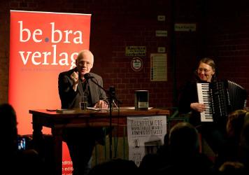v.l.n.r. Autor Bernd Mannhardt, Musikerin Petra Schnier – Bild: UMA